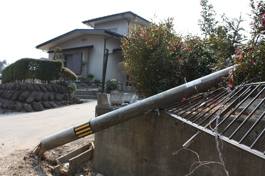 震災で倒れた電柱