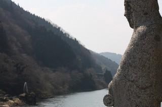 川を見守る観音様