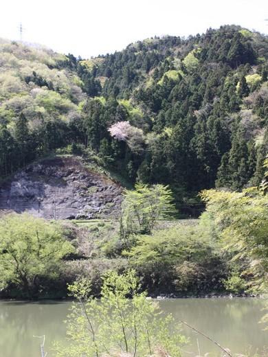 春の山と線路と阿武隈川