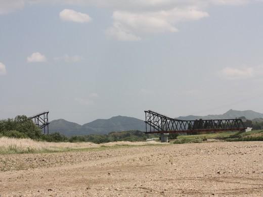 新しい橋工事中です