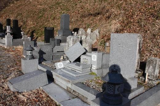 倒壊した墓石