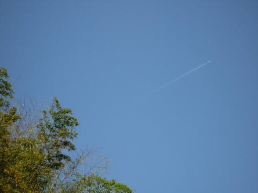雲ひとつない青空に飛行機雲