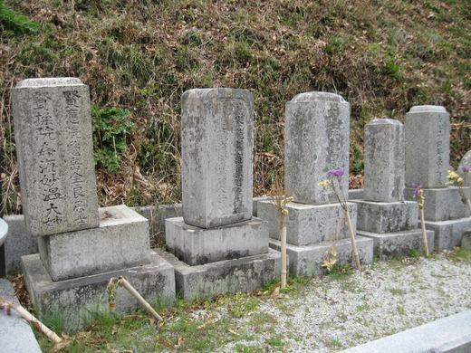 ずれてしまった墓石群