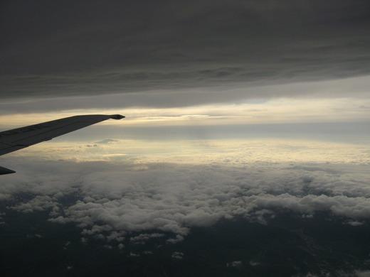 雲と雲に破はさまれて飛行